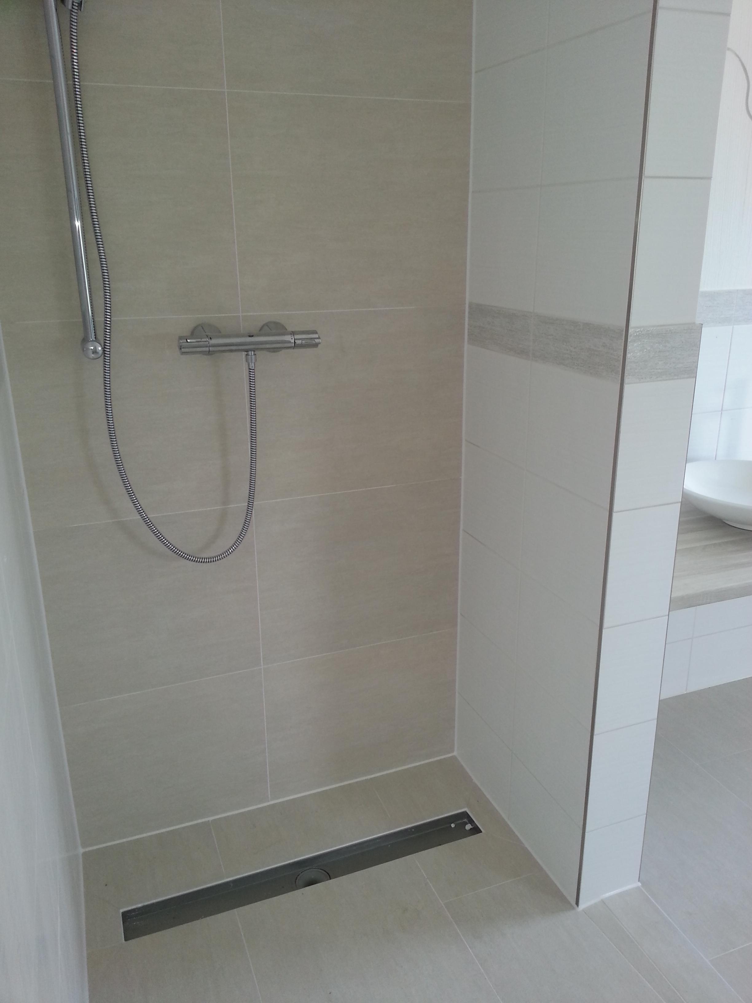 Badkamer en toilet betegelen inloopdouche afschot - Fotos italiaanse douche ontwerp ...